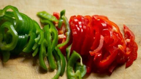 Paprika waschen, putzen, schneiden