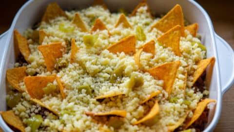 Nachos mit Käse überstreuen und backen