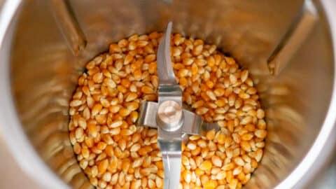 Maiskörner im Mixtopf des Thermomix®