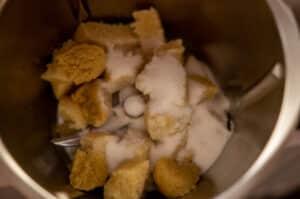 Zucker und Marzipan im Mixtopf des Thermomix