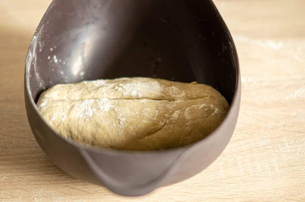Brotlaib in der Brotbackschale