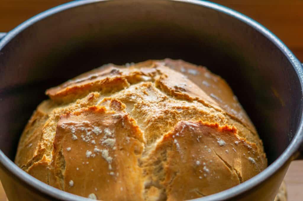 Französisches Brot 'Pain en cocotte facile' im Bräter aus dem Thermomix