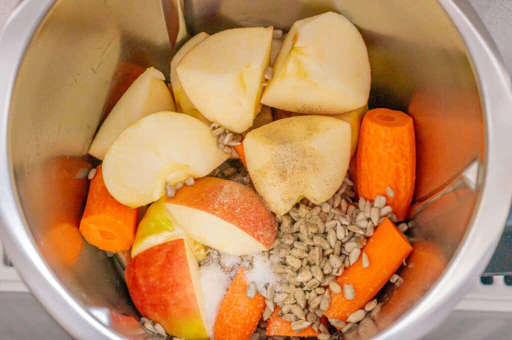 Apfel und Möhren im Mixtopf