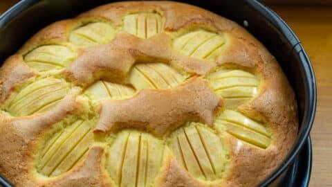 Gebackener Apfelkuchen aus dem Ofen mit Zimtzucker