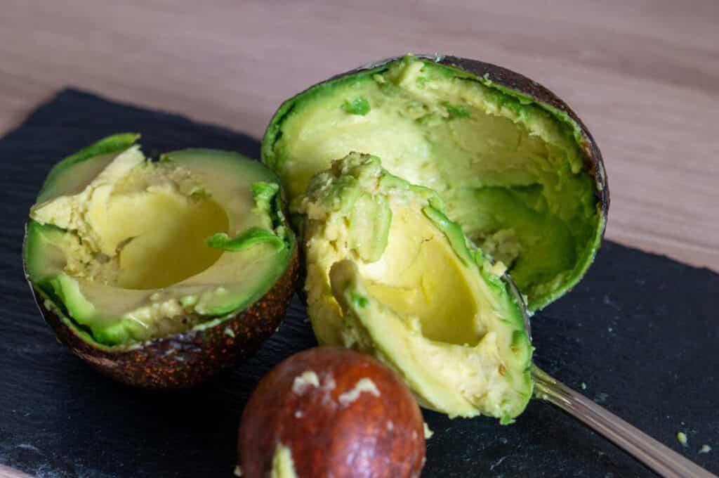 Avocado Fruchtfleisch entfernen mit Löffel