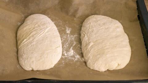 Brotlaib auf ein Backblech geben