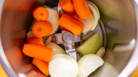 Das Gemüse wird im Mixtopf zerkleinert