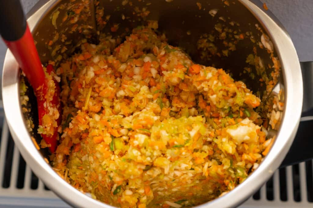 Mit der Gemüsepaste ersetzt du gekauftes Brühpulver oder Gemüsewürfel