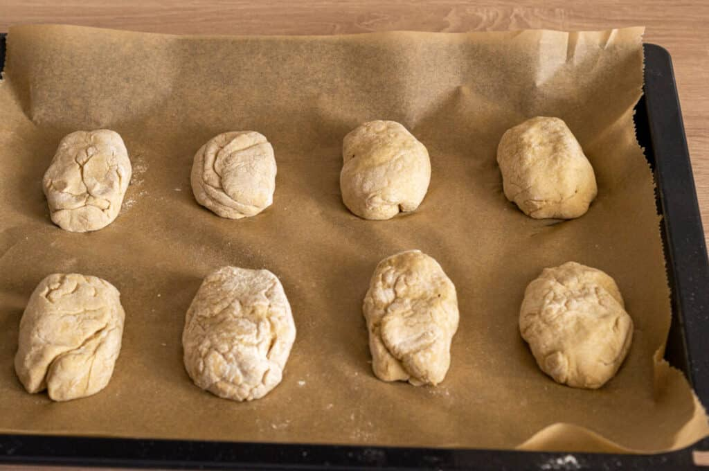 Kartoffelbrötchen auf Backblech