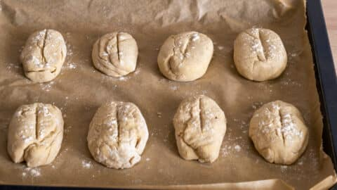 Gegangene Kartoffelbrötchen Rohlinge auf Backblech