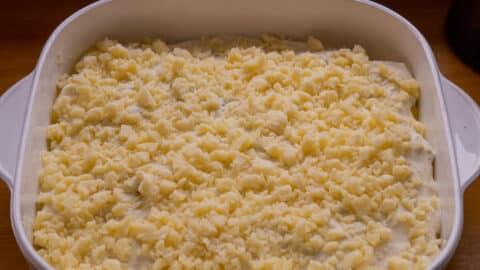 Kartoffelgratin mit Käse bestreuen