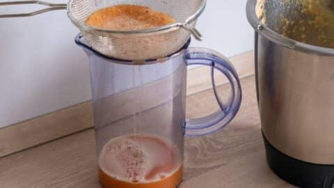 Ingwer-Orangen-Shot sieben