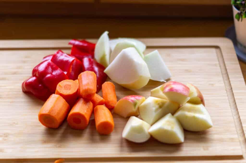 Karotten, Paprika, Kohlrabi und Äpfel fertig für den Salat