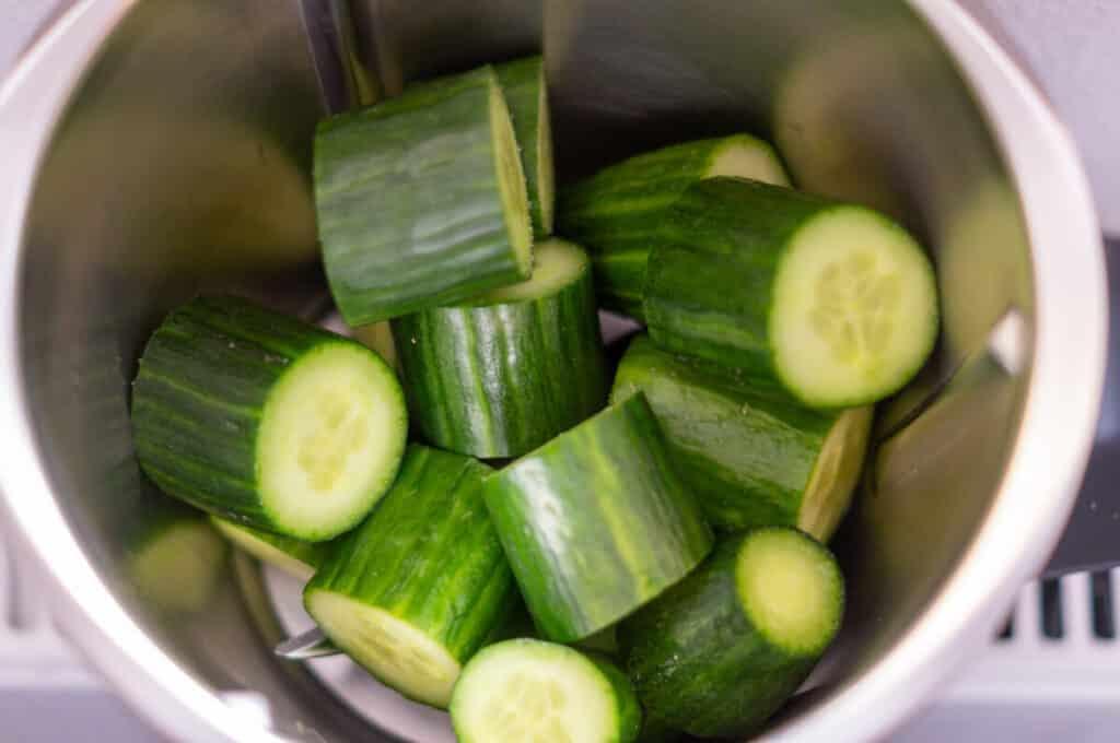 Salatgurken im Mixtopf