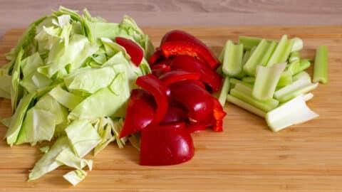 Spitzkohl, Paprika und Sellerie schneiden