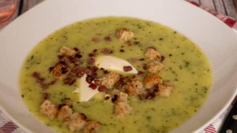 Zucchinicremesuppe mit Speck und Brotwürfeln