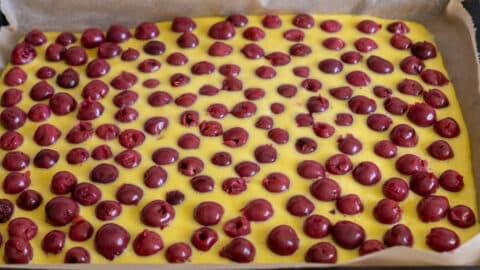 Kirschkuchen Teig mit Kirschen belegen