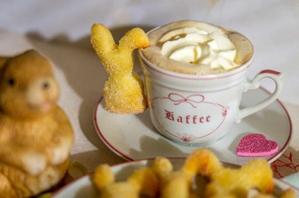 Quark-Öl-Osterhasen mit Cappuccino