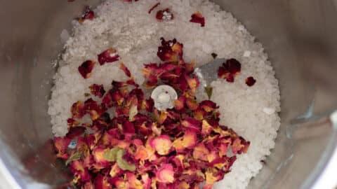 Salz und Rosenblüten im Mixtopf