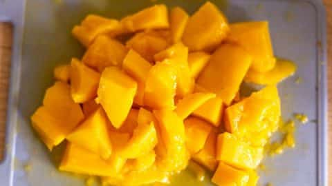 Mango in Stücke schneiden