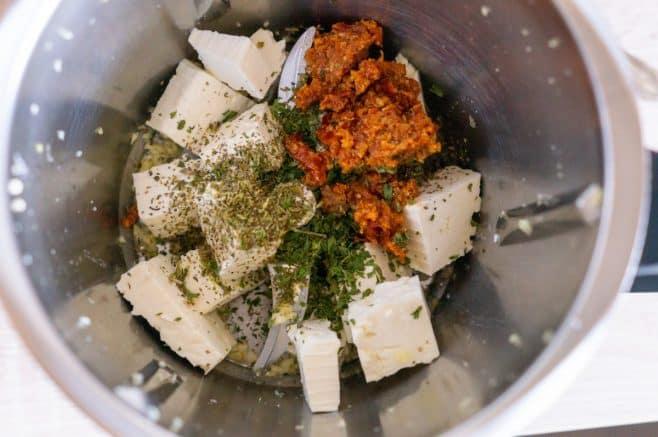 Käse und Gewürze im Thermomix