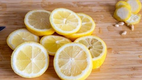 Zitronen schneiden und entkernen