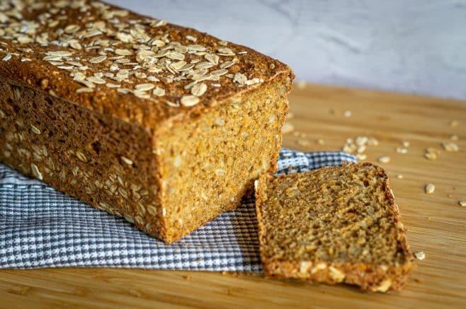 Selbstgebackenes Dinkel-Möhren-Brot