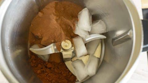 Backkakao, Kakaopulver und Eiswürfel im Thermomix zerkleinern