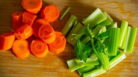 Karotten und Sellerie schneiden
