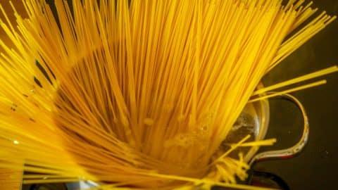 Spaghetti im Topf kochen