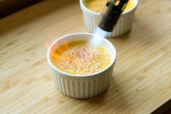 Crème brûlée flambieren um Zucker zu karamellisieren