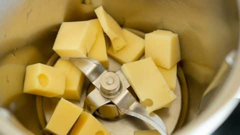Käse zerkleinern im Thermomix Mixtopf