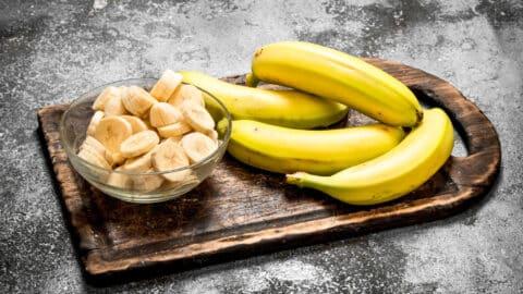 Bananen in Scheiben schneiden