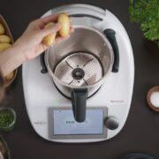 Thermomix® Welle mit Peeler schält Kartoffeln