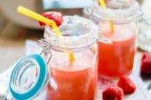 Erdbeer-Ananas-Kokos-Smoothie aus dem Thermomix® - frisch gemixt mit Strohhalm und Erdbeeren