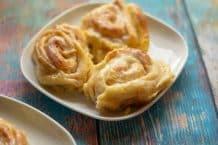 Cinnamon Rolls (Zimtschnecken) aus dem Thermomix® servierbereit auf dem Teller